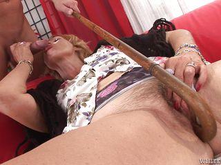 Порно бабушка сосет